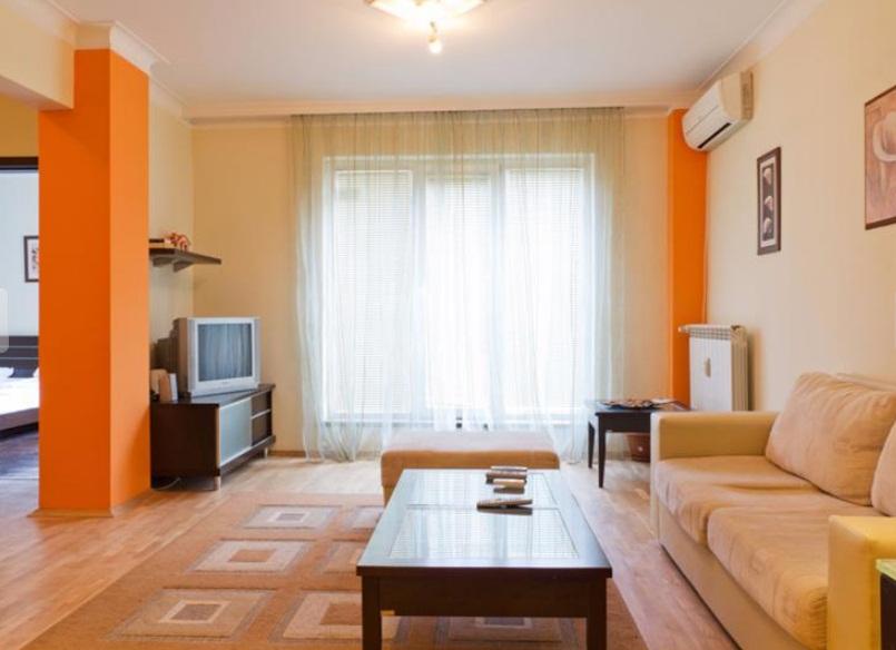 Tристаен напълно обзаведен апартамент в идеалния център на София